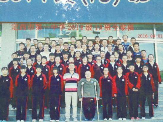 魏祥和同学们合影。图片由定西市第一中学提供。