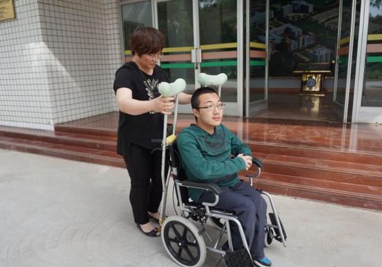 夏瑞云去学校接魏祥回家。新华社记者 张文静 摄