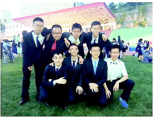 毕业典礼上215宿舍的同学们