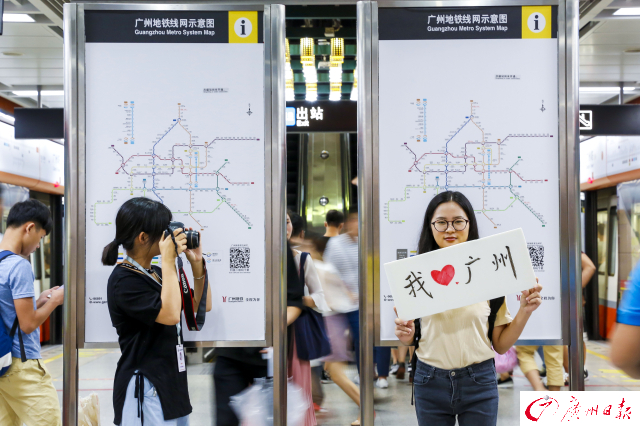 她们在地铁站寻找标志性背景