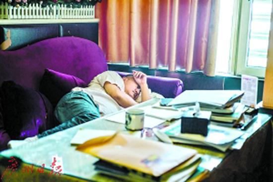 梁实看书累了,倒头就在茶馆休息