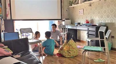 周庆正在给孩子们上课。记者 平索茜 摄