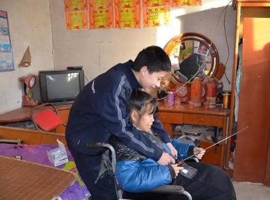 河北广播网主持人赠送给小众望母子一台收音机,众望兴奋地教母亲使用,2014年拍摄
