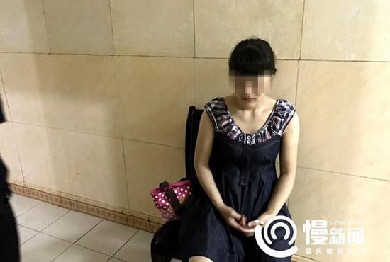 金某勤面容姣好,身穿连衣裙,白皙的双腕与讯问室内的特殊氛围形成强烈反差。她说起女儿时,眼里有愧疚。