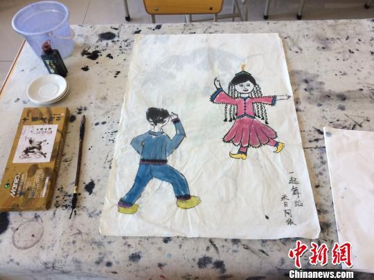 伽师县双语小学少数民族学生的国画作品。 蔡敏婕 摄