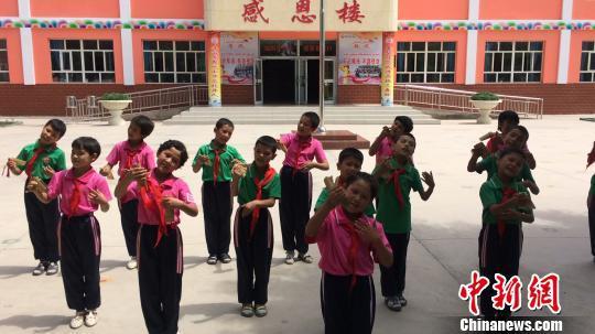 疏附县托克扎克镇中心小学的学生表演汉语快板。 蔡敏婕 摄