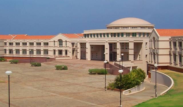 海德拉巴校区主攻电子和通信工程,220亩校区内主要建筑物包括中心图书馆、实验室和岩石花园。