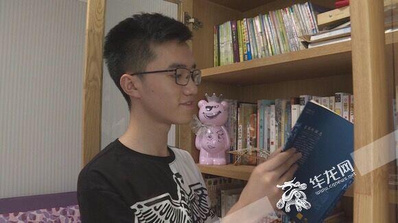 学业之余,高楚桐经常看些感兴趣的书籍。资料图片