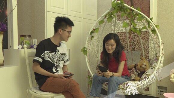姐弟俩感情很好,经常聊天谈心。资料图片