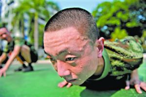 高温天气下的日常训练磨炼了胡司盾的意志。(左)