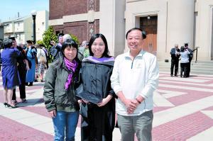 王凝毕业时和父母在一起