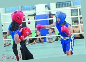 赵玉莹和同伴在训练中模拟比赛。
