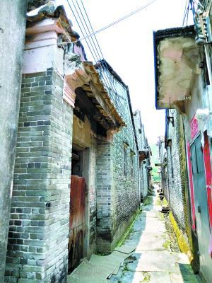 """西村首位博士黄俊杰毕业照,他正是从下图中的""""陋室""""中走出来的。"""