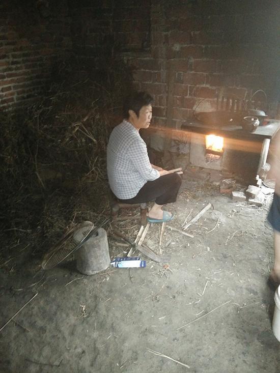 """林华蓉奶奶在家做饭刚入大学时,林华蓉向其母亲保证,""""我大学期间不会谈恋爱,家里那么困难,我只想赶紧毕业找工作,挣钱。"""""""
