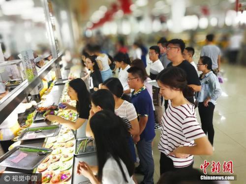 资料图:长春一大学举办毕业生免费晚餐。图片来源:视觉中国