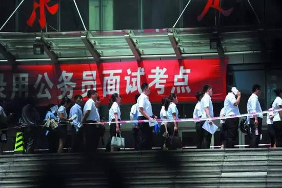 2016年7月2日,辽宁沈阳,一公务员考试面试考点外排起长龙。
