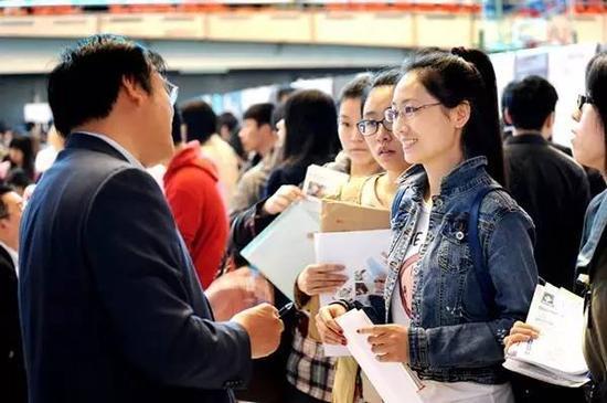 东北五校大型招聘会上的求职者。