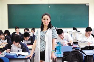 武汉六中教师杨幼萍在课堂上。最近她因一篇《人生很贵,请别浪费》的演讲走红网络。受访者供图