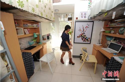 """资料图:2015年10月23日,中南林业科技大学校家具与艺术设计学院学生,花费两天时间为该校一间女生宿舍改造成了一间""""豪华""""宿舍。 杨华峰 摄"""