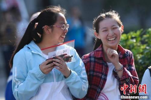 资料图:走出考场的考生露出灿烂笑容。武俊杰 摄
