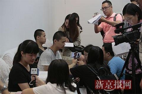 """来自黑龙江的双胞胎新生牟星光 牟星名被媒体""""包围""""采访,他们分别就读于城市与环境学院和地球与空间学院。新京报记者 朱骏 摄"""