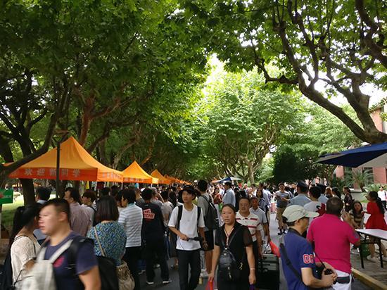 9月3日,复旦大学迎来了新一届3400多名国内本科新生和近400名留学生。 本文图均为 澎湃新闻记者 周航 图