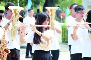 广东创新科技职业学院管乐团演奏交响乐迎接新生。