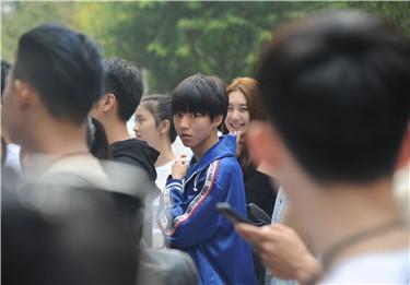 法制晚报·看法新闻记者看到,人气明星王俊凯现身集合队伍中,非常低调,埋头看手机。