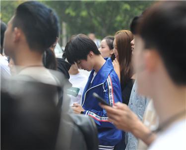 9月4日早晨8点45分,在北京电影学院表演系楼前,表演系四个班的新生全部准时在此集合,这是表演系新生们报到后第一次集中。