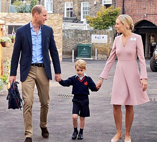 照片中的乔治小王子,身穿藏蓝色毛衣,内搭淡蓝色衬衫,配上中裤,实在可爱!