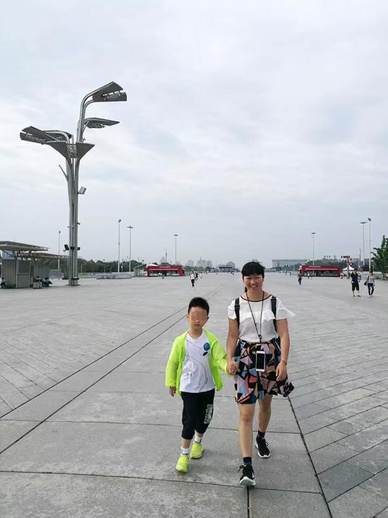 张雪梅陪儿子小嘟今年暑假在北京旅游。