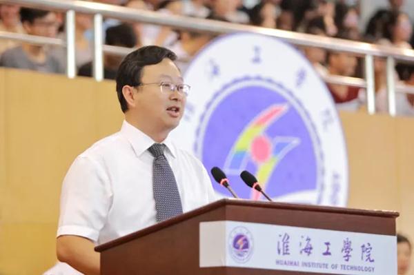 校长宁晓明发表热情洋溢的讲话。
