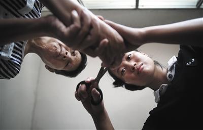 9月8日下午3时,赵金凤在出租房里给母亲剪指甲。