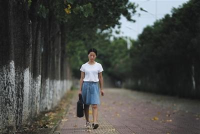 9月9日下午,南昌理工学院校园外,赵金凤走在回出租房的路上。图片来源:新京报