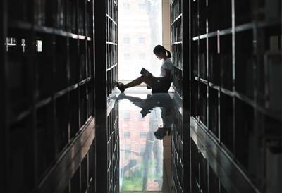 9月9日下午,南昌理工学院图书馆内,赵金凤在挑选学科书籍。图片来源:新京报