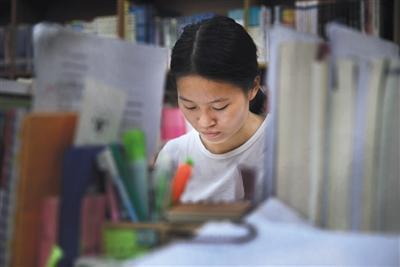 9月9日上午,南昌理工学院图书馆内,赵金凤正在看书。图片来源:新京报