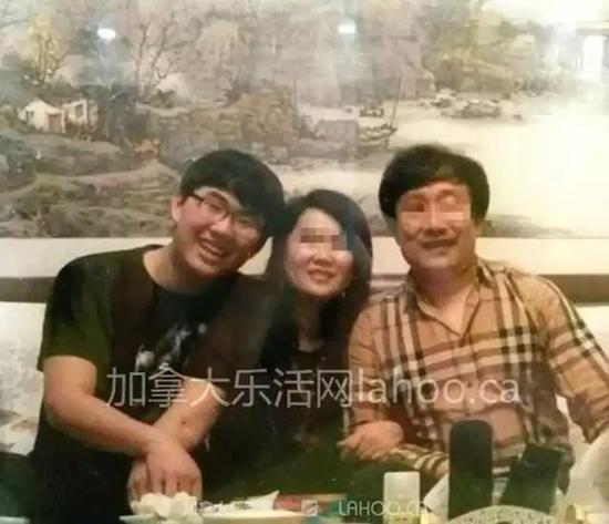 于林海(左一)与其父母合照