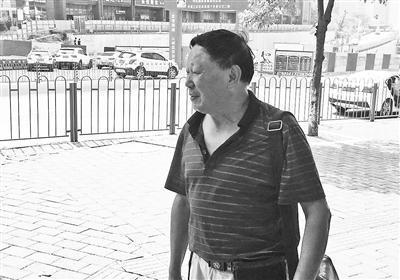 全国司法考试重庆江北区考点,71岁的考生杨昌荣走出考场。图片来源:重庆晨报