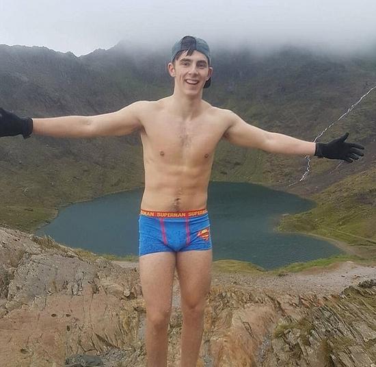 英大学生穿超人内裤登顶千米高峰 为痴呆症募捐
