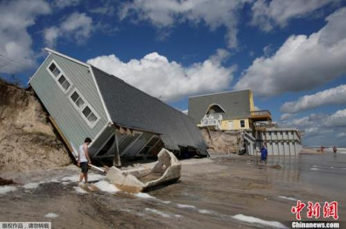 资料图:当地时间9月12日,美国佛罗里达州遭遇飓风,房屋被大风吹倒。
