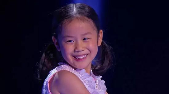 她参加了美国NBC电视台的《小小达人秀》,一开场的钢琴演奏瞬间震撼了全场。
