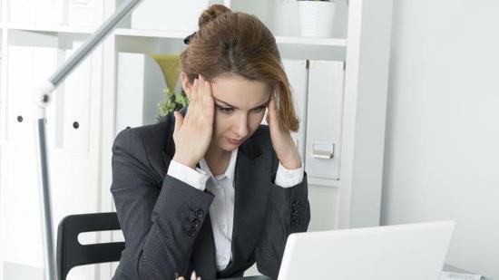澳洲国民银行公布的最新调查报告显示,与12个月前相比,澳洲人对他们就业保障的忧虑减轻了很多(图/《澳洲人报》)