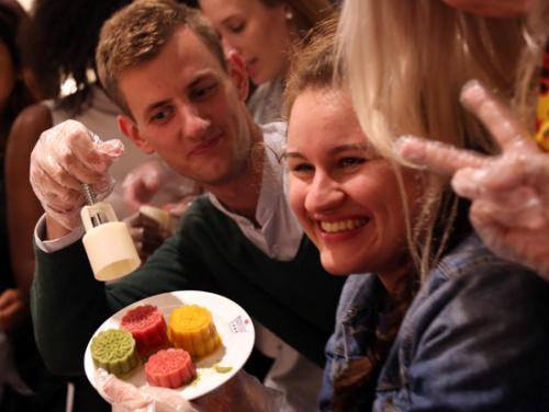 外国人体验月饼迎中秋告白,制作中国传统文化记季第二美食佳节图片