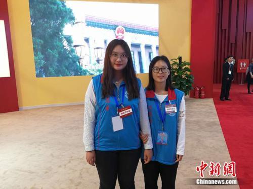 王兆鸿(左)和田越在展馆内担任志愿者。