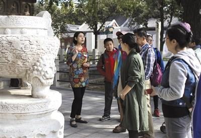 10月4日,北京石刻艺术博物馆,张云燕在为观众进行免费讲解。新京报记者 浦峰 摄