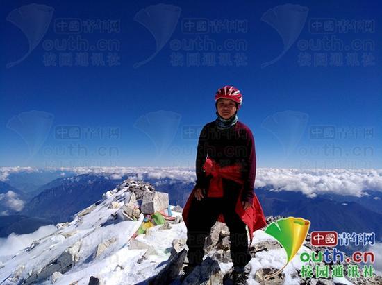图为邓双优登上海拔5396米的哈巴雪山主峰。受访者提供