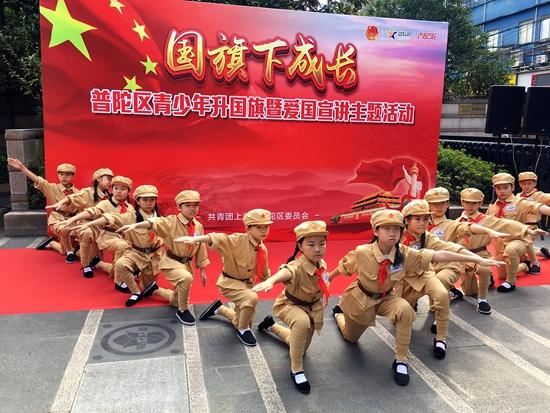 """""""国旗下成长""""上海青少年升国旗点燃爱国热情"""