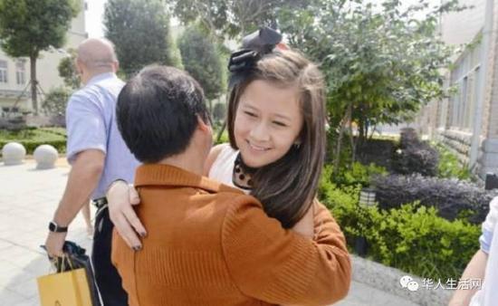 梁翠娥与程婕温情拥抱