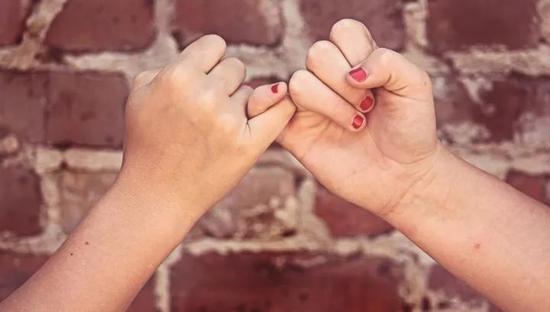 手可是我们身体上很重要的一个器官哦,大家都知道手叫hand,那你知不知道五个手指在英语中都怎么表达呢?我们一一来看一下。