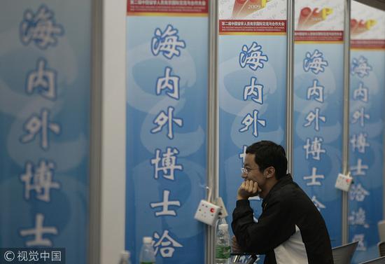 归国的留学博士与用人单位洽谈应聘@视觉中国